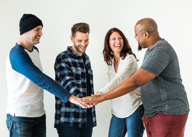 Diverses personnes unissent leur travail d'équipe et leur concept de communauté