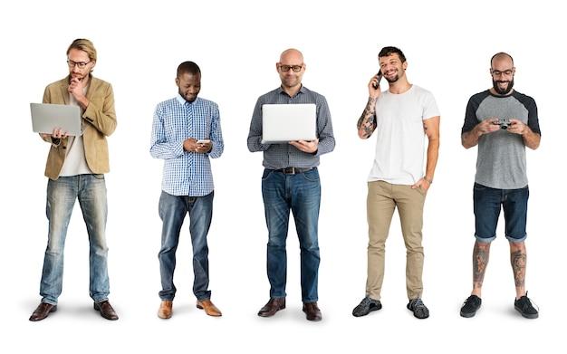 Diverses personnes utilisant des appareils numériques studio de communication isolé