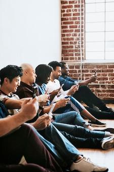 Diverses personnes utilisant leurs téléphones