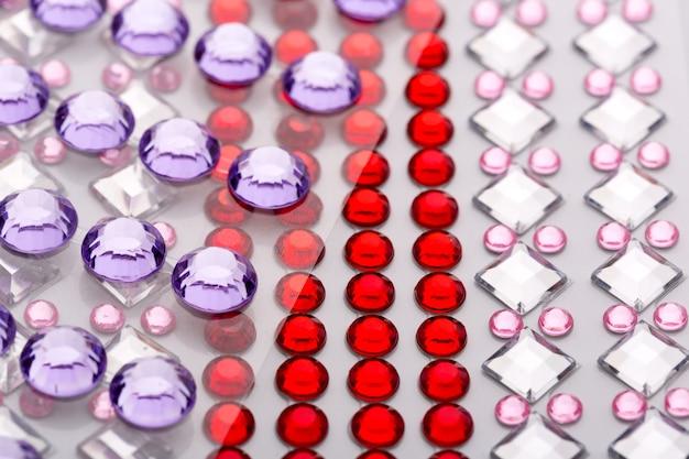 Diverses pierres précieuses décoratives dans une rangée libre