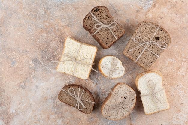 Diverses piles de pain sur fond de marbre