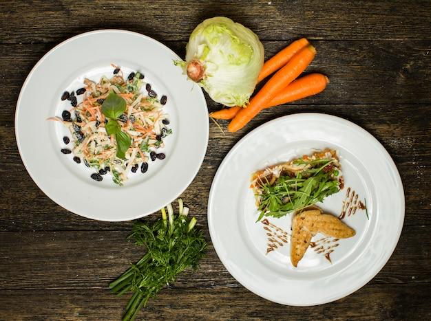 Diverses salades de laitue et de carottes