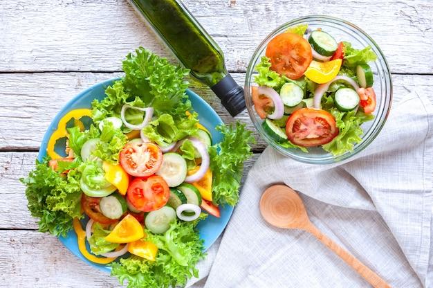 Diverses salades avec tomates, concombres, oignons, poivrons, aliments sains et régime alimentaire