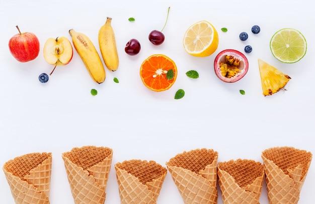 Diverses saveurs de crème glacée dans la configuration de cônes sur fond blanc pour la conception de menus de bonbons.