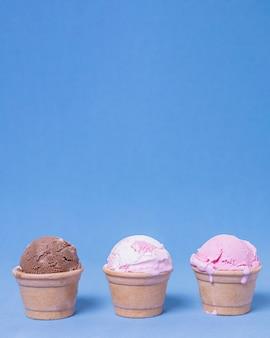 Diverses saveurs de crème glacée vue de face