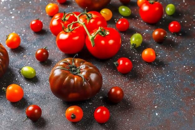 Diverses tomates biologiques fraîches.
