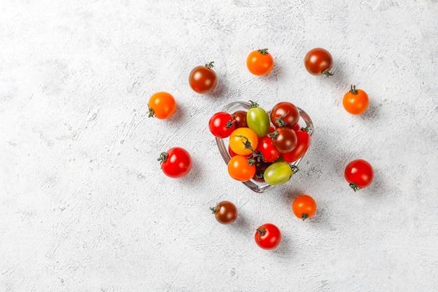 Diverses tomates cerises colorées.