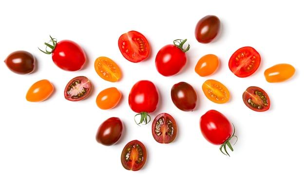 Diverses tomates colorées isolées sur fond blanc. vue de dessus, mise à plat. mise en page créative..