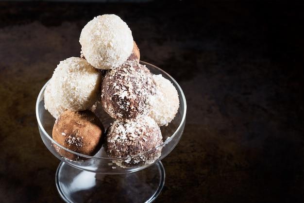 Diverses truffes végétaliennes crues maison ou boules d'énergie