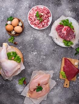 Diverses viandes crues, sources de protéines animales. concept de régime carnivore