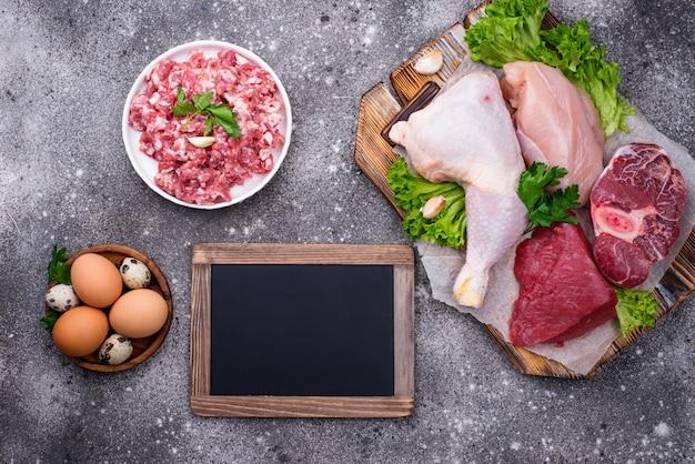 Diverses viandes crues, sources de protéines animales