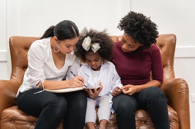 Diversité lgbt couple de lesbiennes moments de bonheur avec sa fille africaine