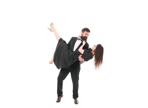 Divertissement loisirs actifs. couple amoureux danse romantique. date de soirée romantique. l'homme porte une jolie danseuse. musique de danse. balle de danse élégante de couple. viens danser. ecole de danse pour adultes.