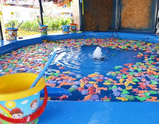 Divertissement de pêche de poisson jouet sur une attraction pour enfants dans le parc