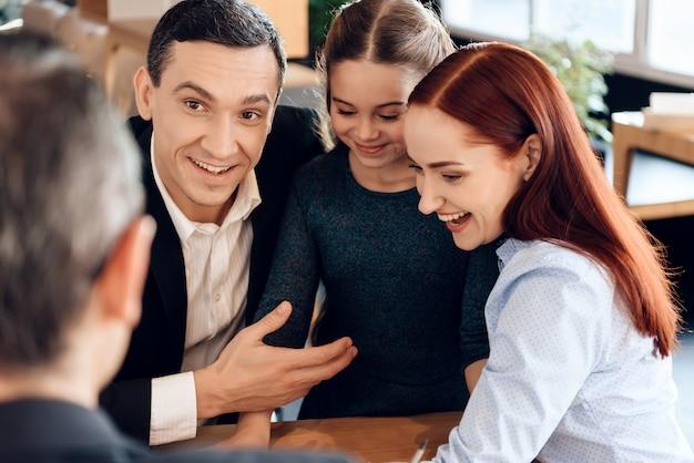Division de la propriété en divorce. avocat de la famille au bureau.
