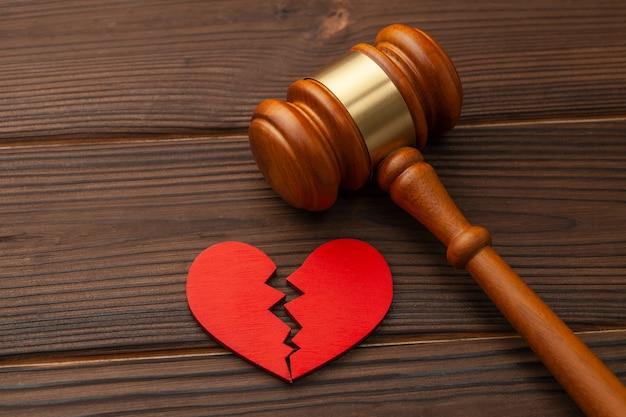 Divorce et partage des biens. cœur brisé et juge marteau.