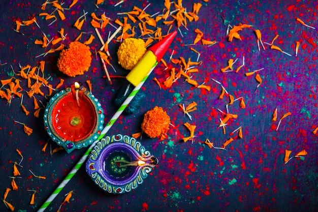 Diwali diya avec fire crackers sur rangoli