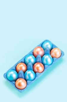 Dix œufs De Couleur Bleu Perle Et Orange Dans Le Bac Bleu, Pâques Photo Premium
