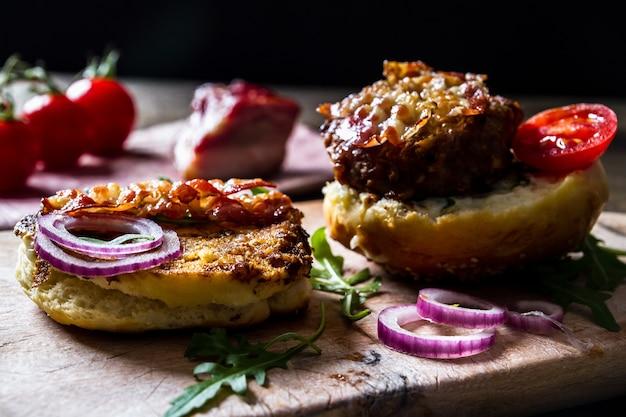 Diy - burger de vrai bacon américain avec des frites et de la bière