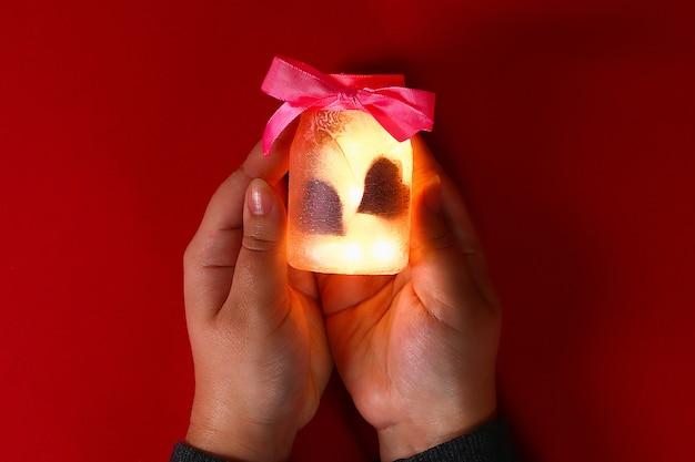 Diy fairy jar sur fond rouge. idées cadeaux, décor 14 février, saint valentin, amour.