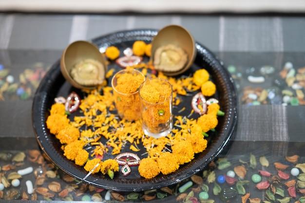 Diya à décor de fleurs jaunes