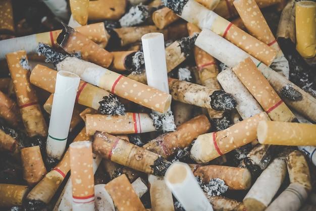 Des dizaines de mégots de cigarettes dans le cendrier