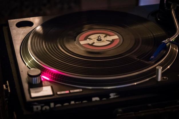 Dj jouait de la musique avec des plaques de vinyle