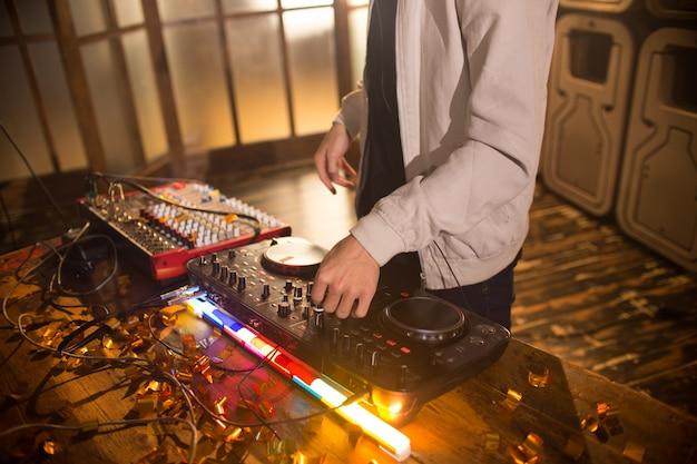 Dj jouant de la musique au club party