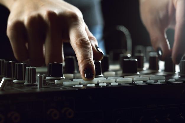 Dj jouant de la musique au mélangeur closeup