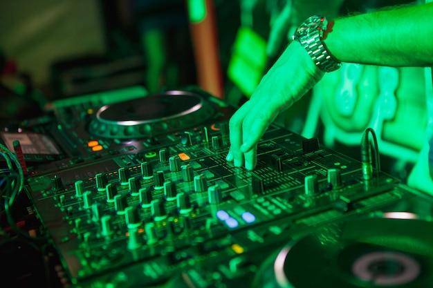 Dj jouant de la musique au mélangeur