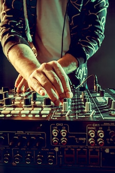 Dj jouant de la musique au mixer gros plan