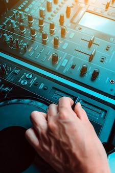 Dj jouant de la musique au mixer