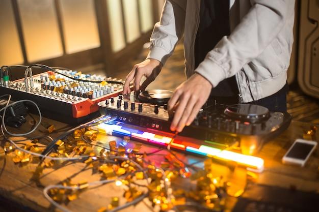 Dj jouant de la musique branchée