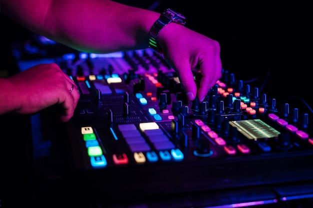 Dj joue de la musique électronique dans une discothèque lors d'une fête