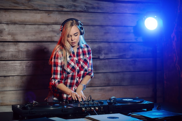 Dj mignon femme s'amusant à jouer de la musique à la fête du club