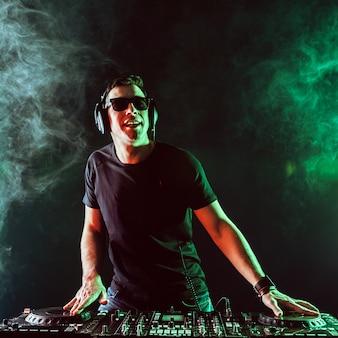 Dj mixage de musique sur table de mixage sur dark