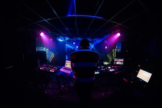 Dj se produit dans une discothèque et joue de la musique