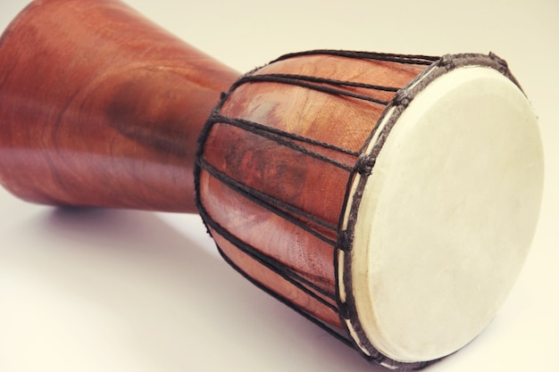 Djembe tambour africain close up photo isolated on white