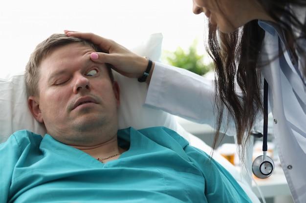 Doc faisant un examen médical