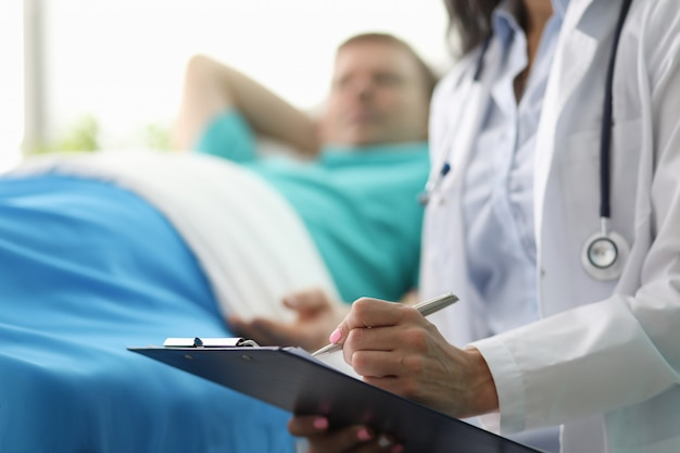 Doc interrogeant sur le bien-être du patient