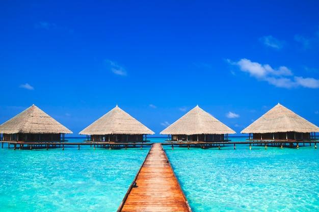 Dock aux maldives avec de l'eau claire