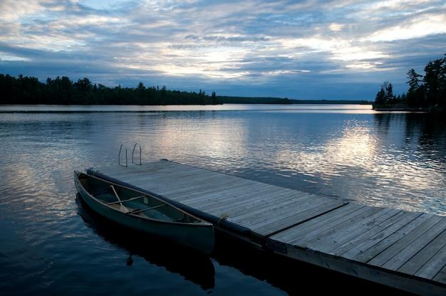 Dock et ciel crépusculaire au lac des bois, ontario
