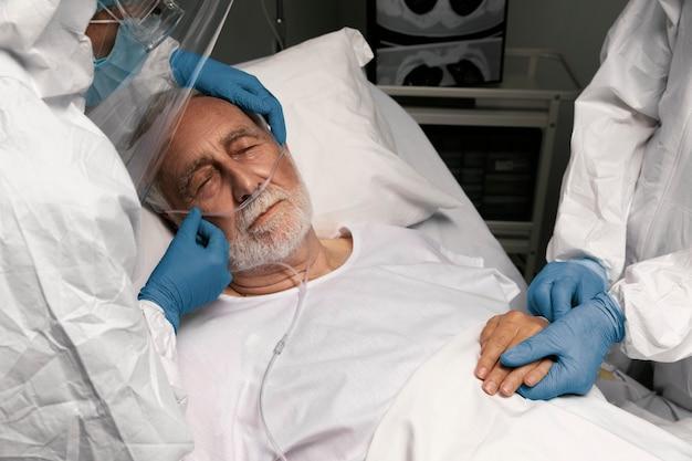 Docteur aidant un vieil homme à l'hôpital