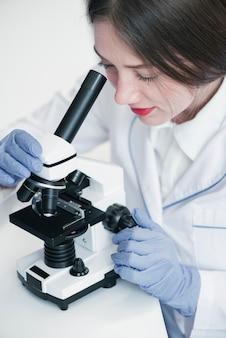 Docteur analysant au microscope