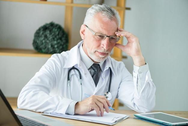 Docteur attentionné prenant des notes