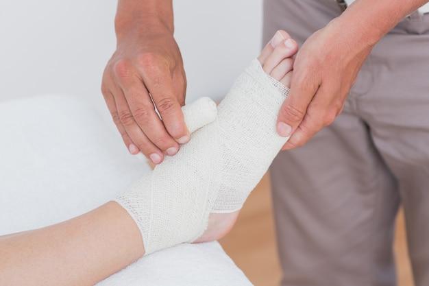 Docteur, bandage, patient, cheville