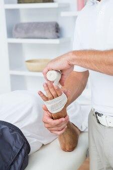 Docteur, bandage, sien, main patient, dans, cabinet médical
