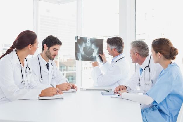 Docteur brandissant une radiographie