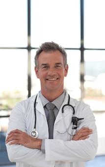 Docteur charismatique, souriant à la caméra