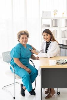 Docteur checkup patient âgé